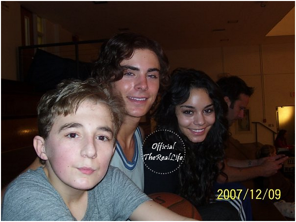 © Official-TheRealLife™  12/09/2007  ※  Vanessa est aller rendre visite à Zac sur le set de son nouveau film 17 Again.  _
