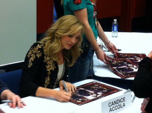 Candice était à la Comic Chicago & Entertemaint Expo le 19 mars, accompagné de Michael Trevino et Julie Plec.