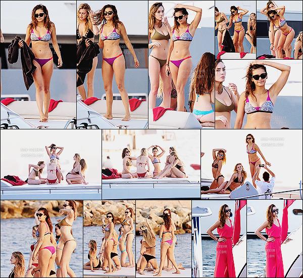 • Candids - 20/07/2015 : Nina Dobrev a prit du bon temps sous le soleil sur un yacht, toujours à St Tropez. Nina nous montre son corps de déesse sous le soleil français, elle semblait s'amuser comme une folle auprès de ses amis !