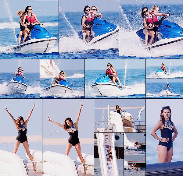 • Candids - 21/07/2015 : Les folles aventures de Ninouche à St Tropez... A bord de son yacht, elle tente le jetski ! Le lendemain, Nina a été vue à nouveau à bord de son yacht, sur lequel elle a également pu faire du jetski ainsi que du toboggan !