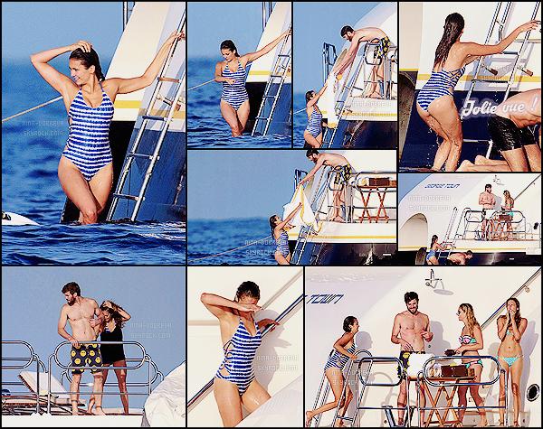 • Candids - 25/07/2015 : Les folles aventures de Ninouche à St Tropez... Baignade en pleine mer et bronzette ! Nina, toujours sur le yacht sur lequel elle séjourne, s'offre une petite baignade en pleine mer avec ses amis et son chéri Austin.