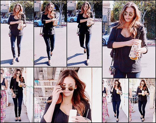 • Candids - 29/07/2015 : Nina Dobrev a été aperçue avec une amie dans les rues de Los Angeles ! Miss Dobrev est de retour sur le sol américain après ses vacances dans le Sud de la France, elle nous fait un joli top !