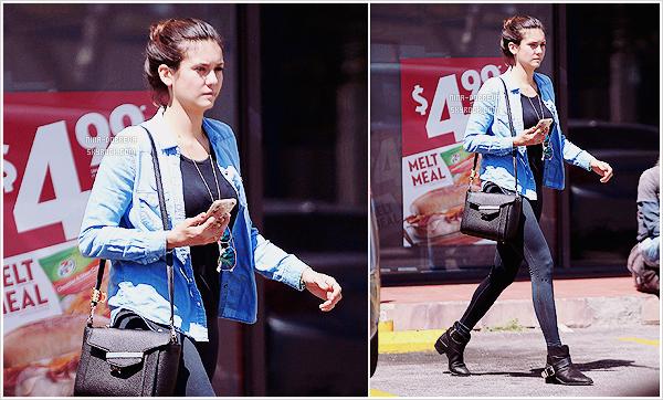 • Candids - 24/08/2015 : Nina D' a été aperçue alors qu'elle quittait le 7-Eleven dans West Hollywood !  Nina, d'une allure élancée, est comme tout le monde : elle se rend dans les supermarchés ! Désolée pour le manque de photos !