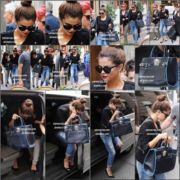 Le 20/09/13 - Selena était présente lors du défilé Versace Fashion Show, àMilan , en Italie