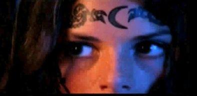 Tatouage de ZOEY - Image de la vidéo promotionnelle officielle des romans (US)
