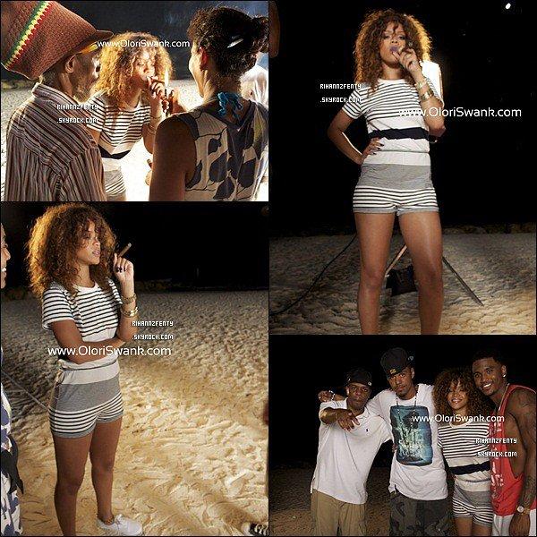 . Dimanche 7 août - Rihanna a été vu au volant d'une voiture dans les rues de la Barbade, puis le soir elle s'est rendue sur une plage où avait lieu le tournage du prochain clip de J.Cole et Trey Songz « Can't Get Enough ».Lundi 8 août - Rihanna a été aperçu près d'une maison se trouvant au bord de la plage avec son petit frère. .