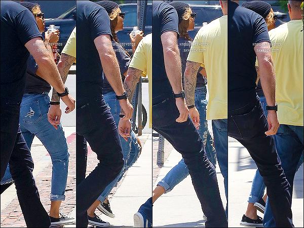 - 29/04/15 : Beyonce K.  jouant à cache-cache a été vu entrant/sortant du restaurant Gjelina avec son mari à LA. Visiblement Beyonce ne voulait pas se montrer en photo, car elle est à peine visible. Elle est passé au The Today Show récemment ! -
