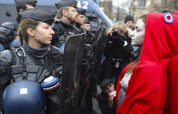 Marianne vs C.R.S  manif gilet jaune Paris
