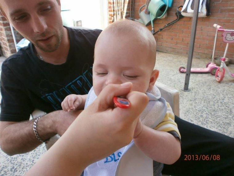 mon fils qui mange son 1er petit pot