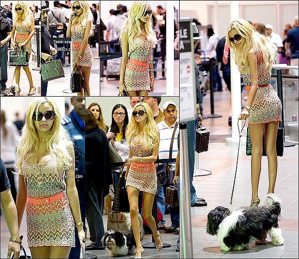 888888 Candid ▬ 19 Septembre 2011. Zahia et son chien  vue à l'aéroport de LAX à Los Angeles.  888888
