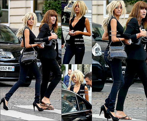 888888 Candid ▬ 15 Septembre 2012. Zahia dans les rues de Paris avec son assistance.  888888
