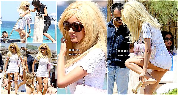 888888 Candid ▬ 26 Juillet 2012. Zahia vue à St Tropez sur la plage avec des amis.  888888