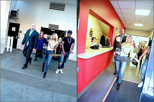 . 18th April  - Nicki au look décontracté, était comme hier au show « American Idol Season 12 » (+) Crunkcoco a encore frappé, cette fois il parodie High School!.