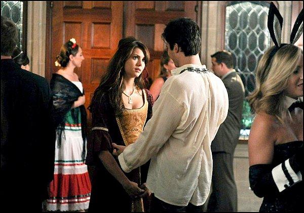 . 12/10 Candice était à un défilé de robe de mariées avec sa maman ! .