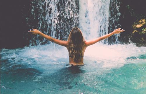 • On n'a qu'une seule vie : c'est pour cela que l'on doit tenter toutes les expériences.  •