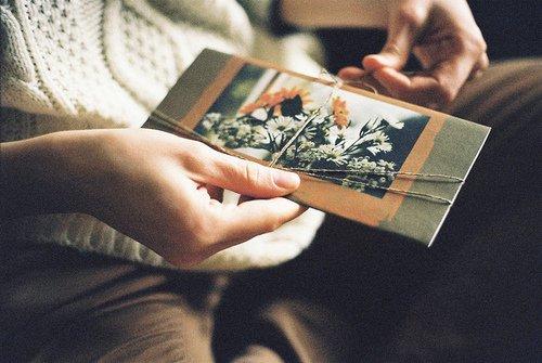 •   Les souvenirs d'enfance sont souvent de petits détails qui se détachent du néant.  •
