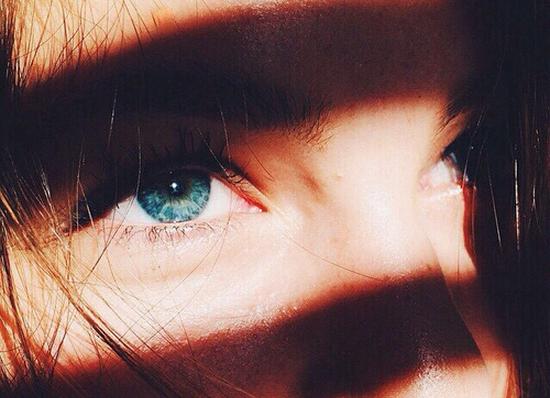 •  Les yeux de l'être qui nous aime nous servent de miroir  •