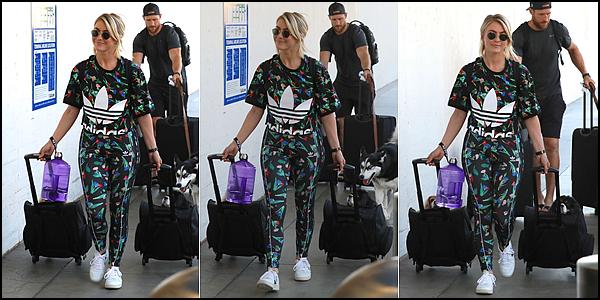 . ► Le 02/08/19 Julianne et son mari ont été vu à l'aéroport de LAX à Los Angeles. .