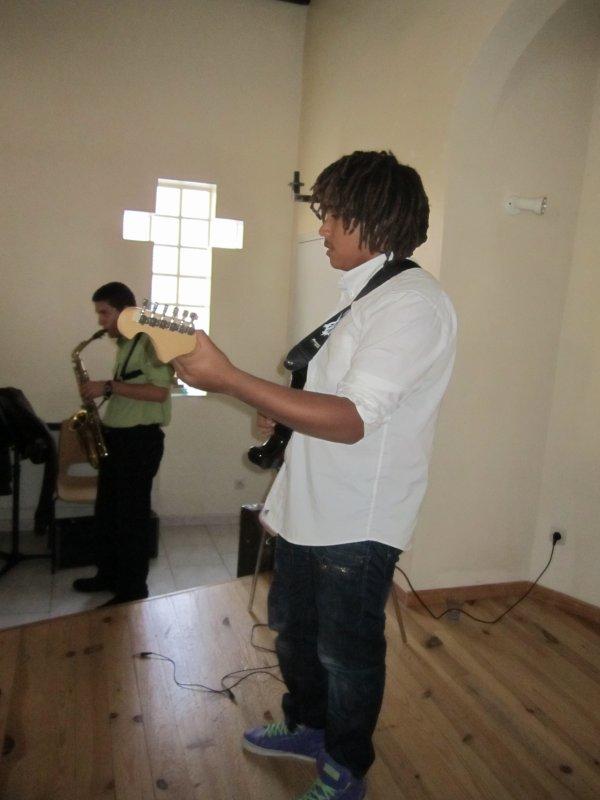En pleine répétition, ça donne...le guitariste: