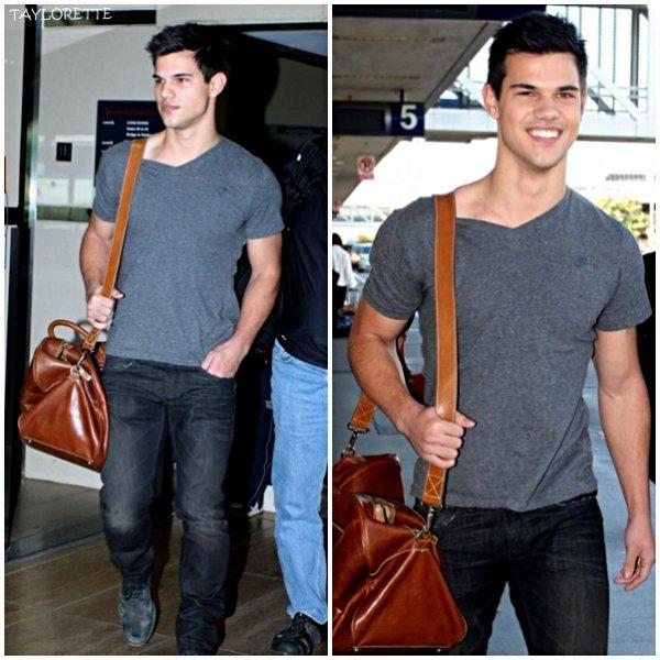 Taylor à l'aréoport de LAX ( Los Angeles ). Il est rentré pour passer Thanksgiving en famille . Il a l'air mort de fatigue =/ .