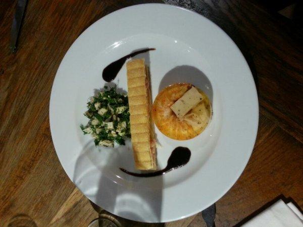 Demi queue de langouste en aspic aux agrumes, feuilleté au saumon fumé et salade d'herbes fraîche