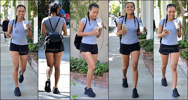 ► 17 Mars 2016 - Walking and smiling on the street | Beverly Hills Comme d'habitude, nous retrouvons Karrueche le sourire aux lèvres! Cette fille est un vrai rayon de soleil ! Sa tenue est plutôt sportive mais les chaussures sont superbes et ses tresses lui vont à merveille.