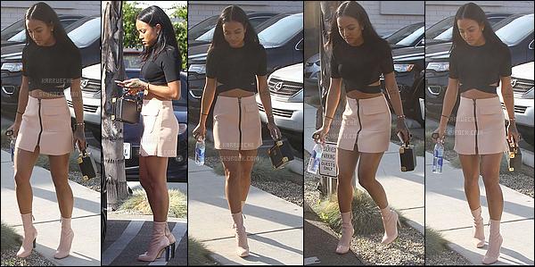 ► 18 Mars 2016 - Out | Los Angeles C'est une fois de plus toute mignonne que l'on retrouve notre Karrueche adorée dans une jolie petite jupe rose pâle assortie à ses chaussures. J'adore sa tenue !