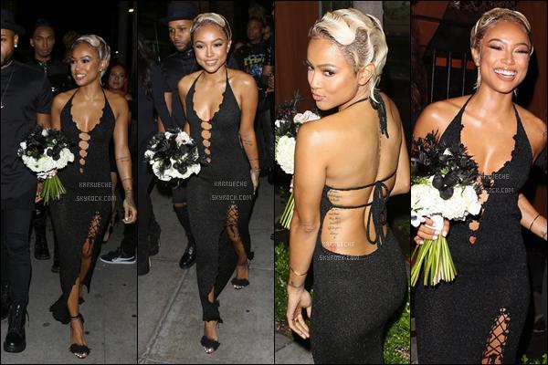► 13 Mai 2016 - At her birthday party   West Hollywood Je suis totalement fan de sa robe, et je la trouve merveilleuse dedans! Par contre, je trouve que cette coiffure est étrange et qu'elle ne la met pas tant que ça en valeur...