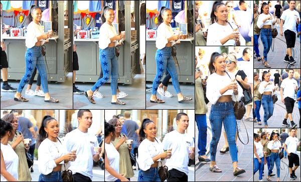 ► 16 Juillet 2017 - Eating an ice cream | West Hollywood Kae a été vue se promenant avec des amis dans les rues de WeHo en mangeant une glace (qui, au passage, avait l'air très bonne.. hein Kae?). Sa tenue était très simple, très sympa et Kae est une fois de plus souriante. J'accorde donc un très beau top!