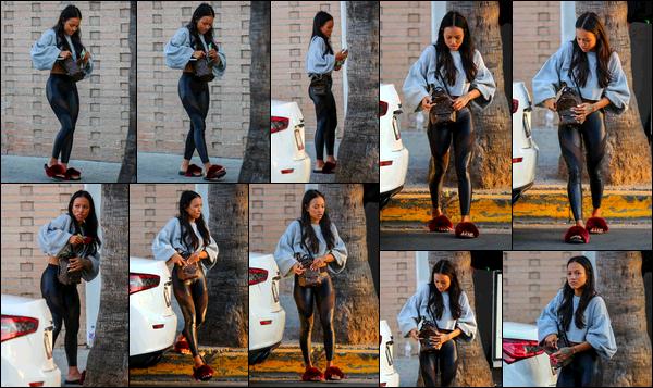 . 26.09.17 ◊ Karrueche Trana été aperçue, fouillant dans son sac, à la sortie de son dîner au Sugarfish à L.A. C'est donc avec bonheur que nous avons droit à de magnifiques grimaces de Kae! En dehors de cela, j'aime bien la tenue qu'elle porte. .