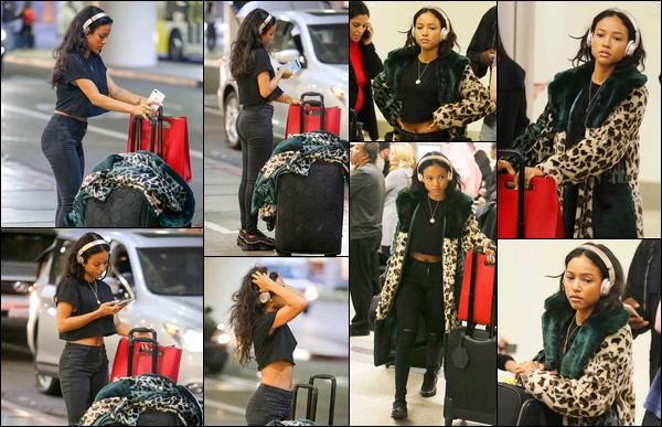 . 22.11.17 ◊ Karrueche Trana été photographiée alors qu'elle se trouvait à l'aéroport LAX de Los Angeles. Tenue très simple pour le coup mais j'ai vraiment un coup de coeur pour les chaussures sur ce candid. Un beau top tout de même! .