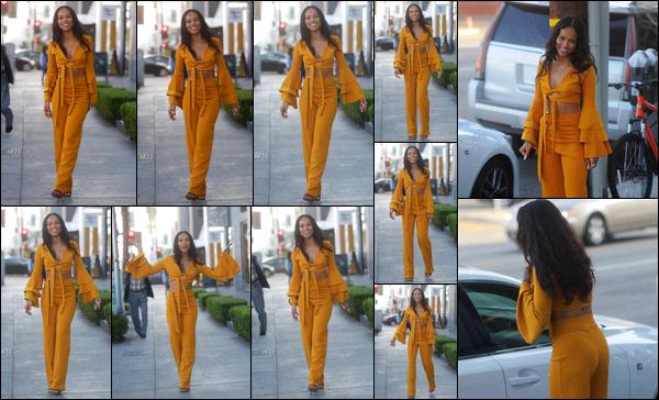 . 28.11.17 ◊ Karrueche Trana été photographiée alors qu'elle posait pour les pap's dans West Hollywood. J'adore sa petite tenue orange qui me fait penser aux tenues mexicaines avec les franges! Elle est toujours autant de bonne humeur! .
