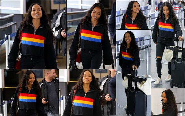 . 07.04.18 ◊ La merveilleuse Karrueche Trana été photographiée, tout sourire, à l'aéroport LAX situé à LA. J'aime beaucoup la tenue de Karrueche sur ce candid. Le pull est super stylé et je suis également fan de ses Vapor Max (toujours!). .