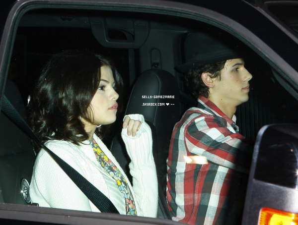 . Nick & Selena arrive au THE JIM HENSON STUDIOS .