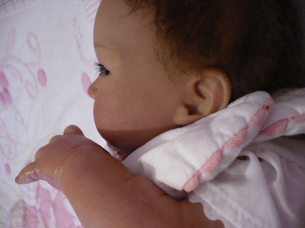Ann-Lee a bien du mal à s'endormir... (4)