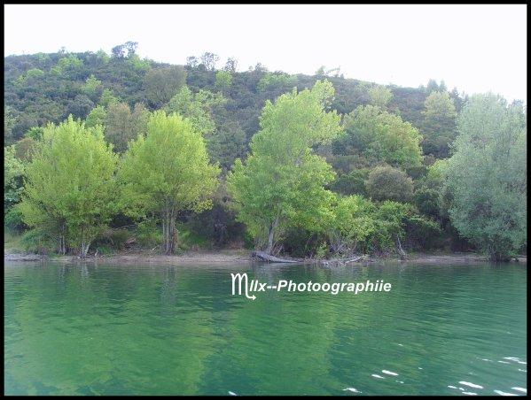 On distingue les lacs en lacs qui n'ont aucune communication avec les rivières ; lacs qui, étant alimentés visiblement par une ou plusieurs rivières, ne donnent naissance à aucune autre, perdant, par l'évaporation, autant d'eau qu'ils en reçoivent ; lacs qui, donnant naissance à une rivière sans qu'on en voie s'y jeter, sont alimentés par des sources de fond, ou par des communications inconnues avec d'autres amas d'eau, et lacs qui donnent naissance à des rivières et qui en reçoivent.