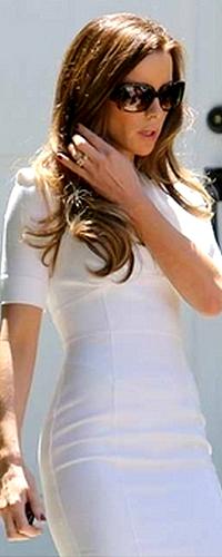 .  Le 25/07 : Kate a rejoint une limousine qui l'attendait devant chez elle, dans son quartier de Los Angeles Je la trouve vraiment très classe dans cette superbe robe blanche, un vrai coup de coeur pour cette tenue. ♥  .