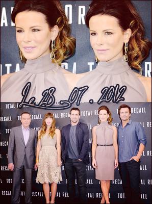 .  Le 28/07 : Kate était présente au Photocall avec toute l'équipe de 'Total Recall', à Los Angeles Notre belle Kate était vêtue d'une robe à la coupe assez simple mais jolie. J'aime lorsqu'elle a les cheveux relevés ! ♥  .