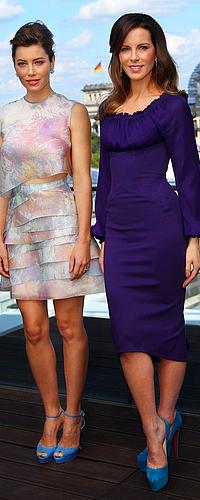 """.  Le 13/08 : Kate et le cast' de """"Total Recall"""" ont posé pour un Photocall sur la terrasse du China Club, à Berlin Une fois de plus, Kate est sublime et très élégante ! J'aime beaucoup la couleur de sa robe, et ses talons sont superbes. D'ailleurs, on peut remarquer que Jessica et elle ont choisi des chaussures de la même couleur, ça c'est la classe. __ ♥   ."""