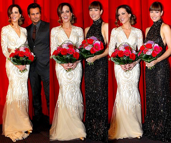 """. Le 13/08 : Kate était une fois de plus présente à la première de """"Total Recall"""" avec l'équipe du film, à Berlin Kate nous a encore charmé en apparaissant dans cette splendide robe blanche, très classe et féminine. ♥   ."""