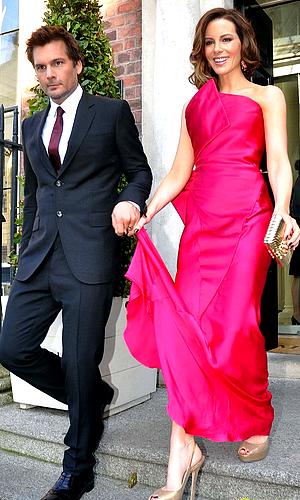 """. Le 14/08 : Kate s'est rendue à la première de """"Total Recall"""" qui s'est déroulée dans la ville de Dublin, en Irlande Encore une magnifique robe, décidemment elle n'arrête pas d'enchainer les TOPS !  J'aime également celle de Jessica. ♥   ."""