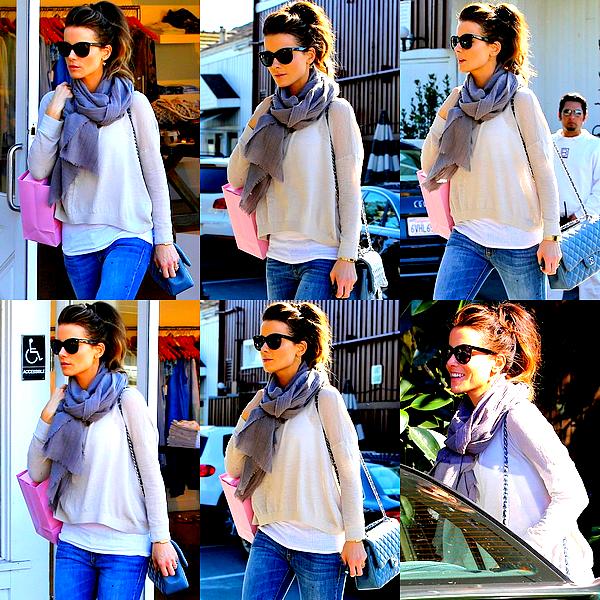 .  Le 29/01 : Kate s'est accordée une petite soirée shopping avec une amie, dans son quartier de Santa MonicaElle est absolument radieuse avec ce beau sourire ! Et côté tenue, c'est une fois de plus un très joli TOP pour ma part. ♥  .