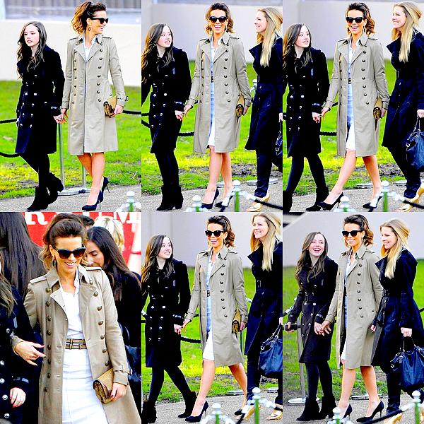 .  Le 18/02 : Notre superbe Kate Beckinsale était au défilé de la marque Burberry, dans le cadre de la Fashion Week .  Wow, c'est réellement le genre de tenue que j'adore et qui va super bien à Kate ! Elle est très élégante dans cet ensemble, et sa coiffure ainsi que son make-up sont parfaits ! L'évennement s'est déroulé à Londres, et comme vous pouvez le voir sur les photos, sa fille Lily était de nouveau de la partie et nous a aussi fait un joli TOP. C'est un plaisir de les voir aussi complices. ♥   .