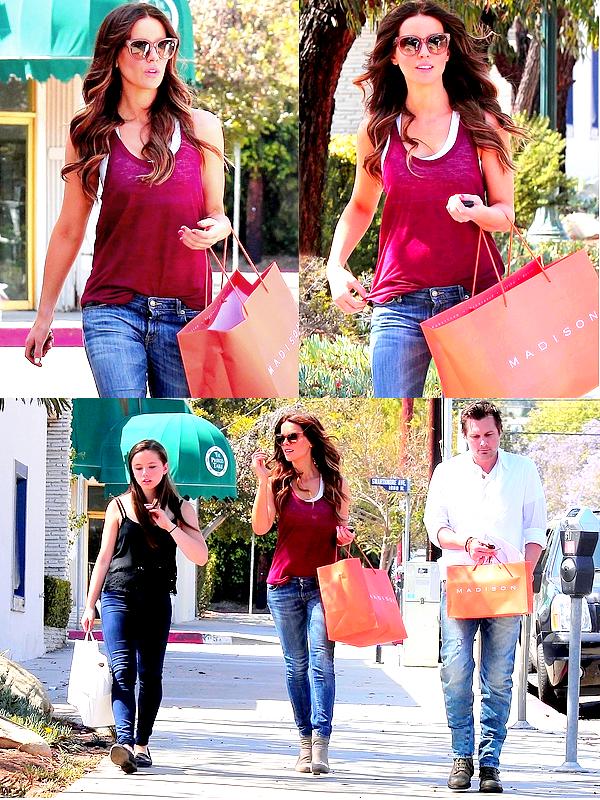 . Le 23/06 : Kate & Lily, rejoint ensuite par Len, sont allées faire les magasins à Pacific Palisades (Californie) C'est avec plaisir que l'on retrouve notre petite famille préférée ! Kate était comme toujours superbe, un TOP de plus. ;) .