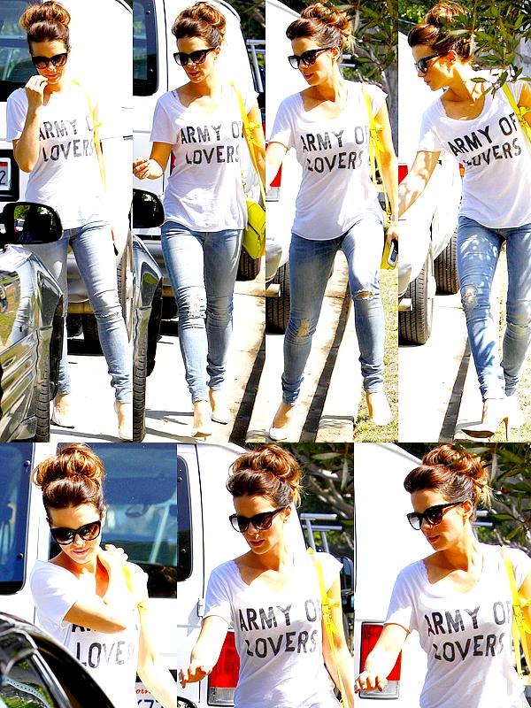 . Le 15/08 : Notre jolie Kate Beckinsale était de sortie dans Los Angeles, où elle a été vu rejoignant sa voiture  .