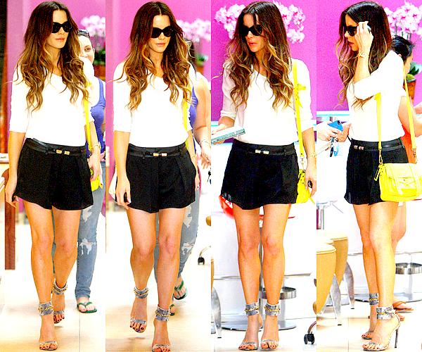 """. Le 06/09 : Kate s'est rendue dans un institut de beauté (un """"nail salon"""") situé dans le quartier de Brentwood J'aime beaucoup sa tenue, son (habituel) sac à main jaune ainsi que ses chaussures ! Elle est classe, même au quotidien. ♥ ."""
