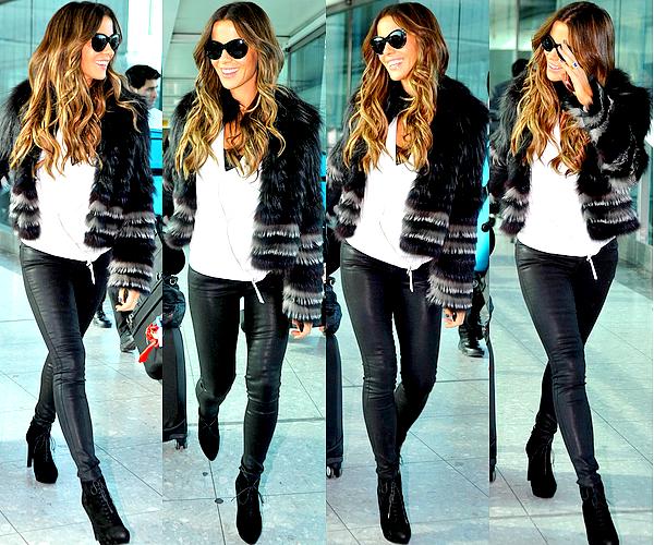 . Le 04/11 : Kate, visiblement de bonne humeur, a été vu arrivant avec sa valise à l'aéroport Heathrow de Londres .