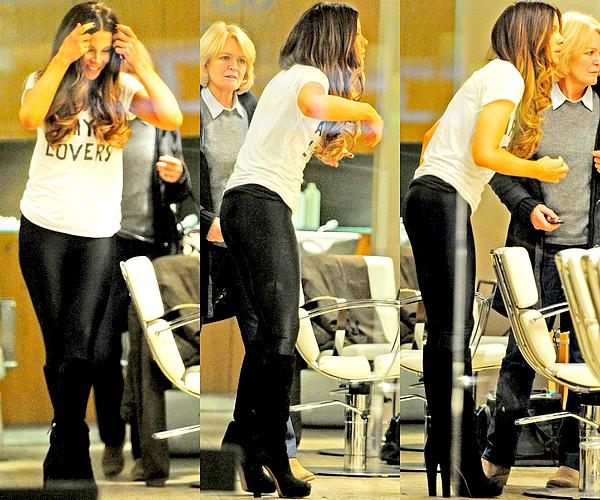 . Le 08/12 : Kate, de retour en Angleterre, a été aperçu avec sa maman à l'intérieur d'un salon de coiffure londonien.