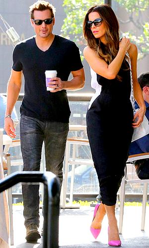 . Le 11/01 : Notre petit couple, plus proche que jamais, s'est rendu dans un Coffee Bean de West Hollywood J'aime leur complicité, ils ont l'air très heureux ensemble et ça fait plaisir à voir, ils sont adorables. Pour ceux qui aiment la combi' que porte Miss Beckinsale sur ce candid, je vous ai trouvé un site sur lequel vous pouvez vous la procurer : ICI ! ;)  .