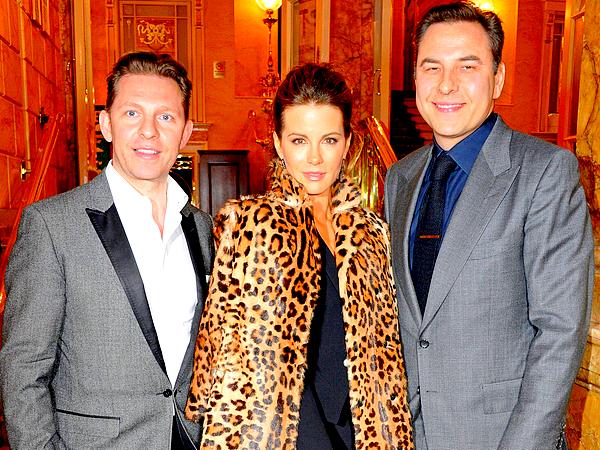 . Le 26/03 : Notre Kate a assisté à une représentation de la comédie musicale 'I Can't Sing! The X Factor Musical' La réprésentation avait lieu au London Palladium. J'aime beaucoup le look de Kate, son manteau style léopard fait très chic.  .
